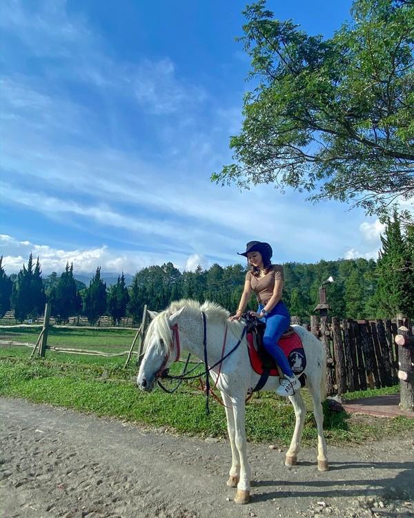 Di sana, Hana pun sempat mencoba menaiki kuda. Hana tak ubahnya seperti cowboy(Instagram)