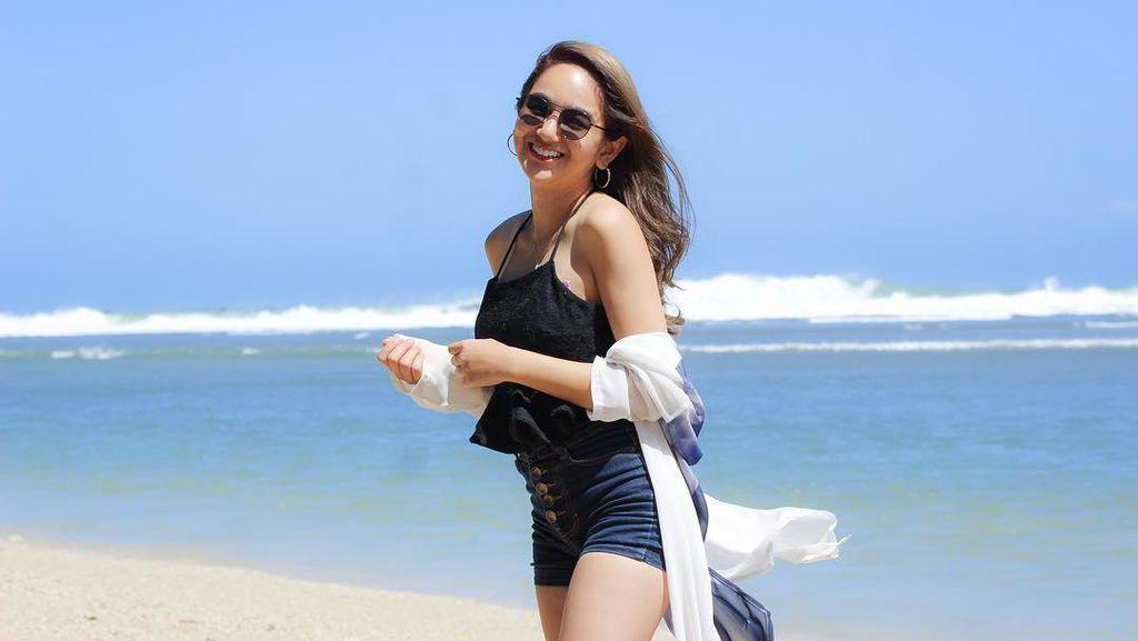 Senyum Hana Hanifah Saat Liburan di Destinasi Indonesia