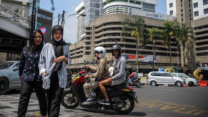 Pemprov Jawa Barat akan kenakan denda bagi warganya yang tak pakai masker di tempat umum. Denda itu rencananya akan mulai berlaku pada 27 Juli 2020 mendatang.