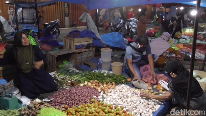 Kompleks Pasar Ikan Kecamatan Wonomulyo, Kabupaten Polewali Mandar, Selasa (14/07/20)