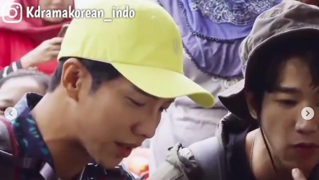Lee Seung Gi dan Jasper Liu Jajan Lupis Mbah Satinem Saat ke Jogja