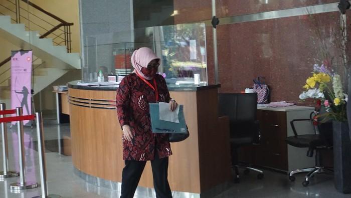 Mantan Bupati Bogor Nurhayanti memenuhi panggilan penyidik KPK terkait kasus yang menjerat Rachmat Yasin.