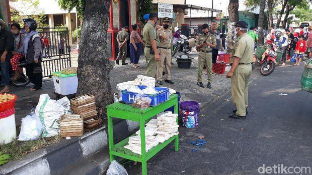 Pedagang jualan di tepi Jalan Solo-Sukoharjo karena pasar ditutup, 14/7/2020