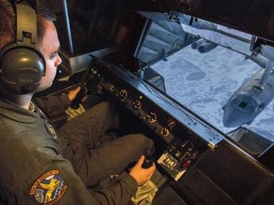 Potret Pengisian BBM Pesawat di Udara