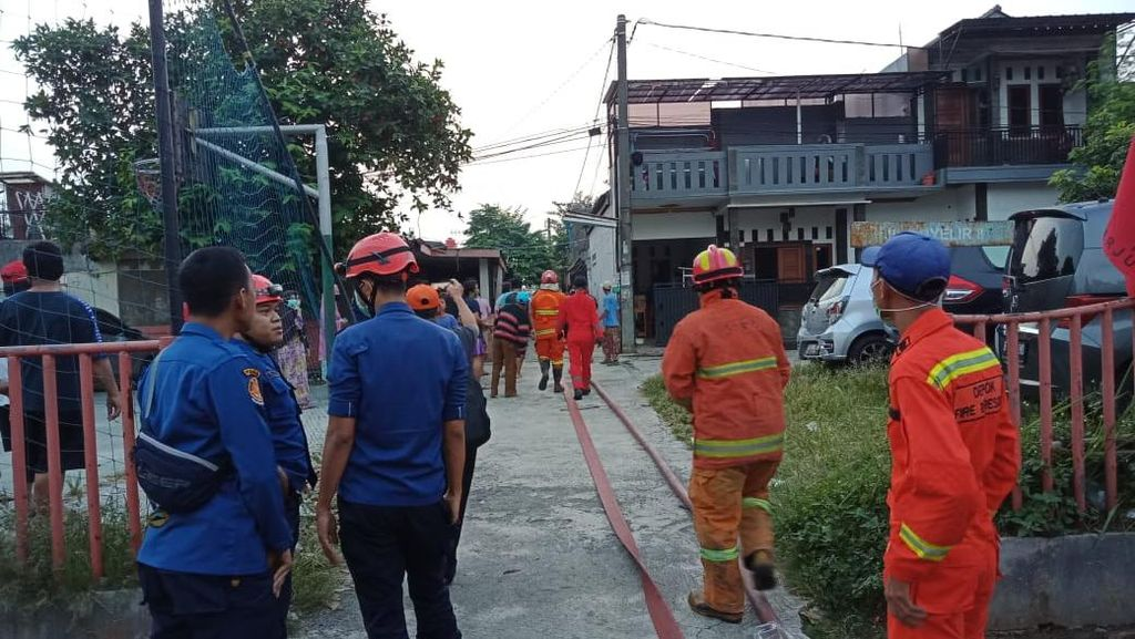 Petugas Damkar Terluka Saat Tangani Kebakaran di Rumah di Depok
