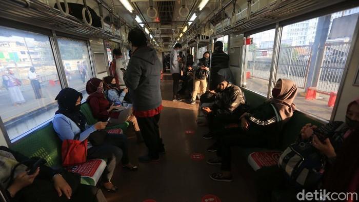 Antrean penumpang terjadi di Stasiun Bekasi, Jawa Barat. Antrean mengular karena adanya pembatasan jumlah penumpang di setiap rangkaian kereta.