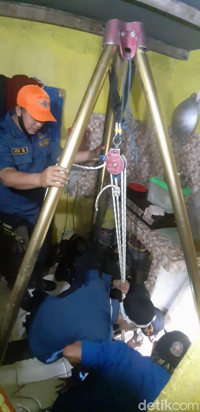 pria terjebur ke dalam sumur di bandung
