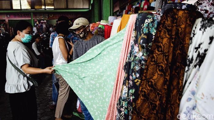 Aktivitas di Pasar Cipadu kembali bergeliat. Meski sebelumnya sempat terdampak PSBB, kini tak sedikit warga yang kembali datang untuk berbelanja di pasar itu.