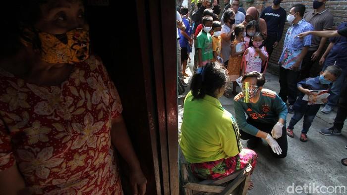 Gibran Rakabuming Raka mengunjungi perkampungan padat penduduk Kelurahan Tipes, Surakarta, Jawa Tengah. Kedatangan putra presiden tersebut dalam rangka bakti sosial