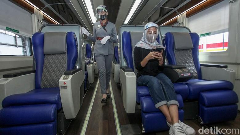 Pramugari tak hanya ada di pesawat tetapi juga di kereta api. Para prami dan prama ini bertugas untuk memberikan pelayanan kepada para penumpang KA jarak jauh.