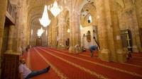 Masjid Agung Al-Omari di Beirut dulunya ini adalah kuil atau tempat pemandian Romawi sebelum kekaisaran Bizantium membangun sebuah gereja di sana.Namun saat tentara salib menaklukkan Beirut di awal abad ke-12, mereka mengubahnya kembali menjadi gereja. Dan sebelum ditangkap pada tahun 1187 oleh penjajah Muslim, Saladin, bangunan ini kembali menjadi masjid. Drama beralih fungsi pun tak berakhir. Tentara salib kemudian merebutnya kembali dan mengubahnya menjadi sebuah katedral pada tahun 1197. Akhirnya pada tahun 1291, Mamluk menguasai Beirut dan mengubahnya kembali menjadi masjid, yang masih beroperasi hingga saat ini. (iStock)