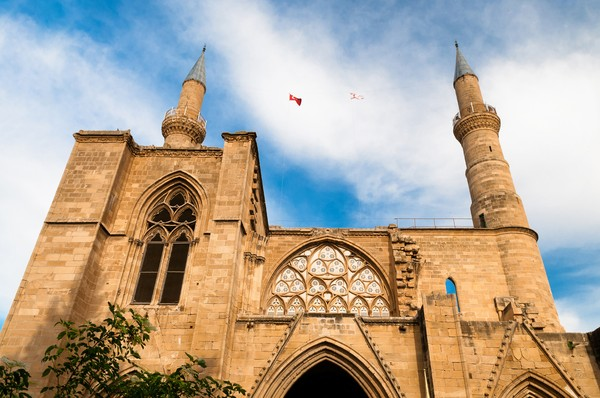 Awalnya Masjid Selimiye di utara Nicosia adalah katedral Katolik Roma Saint Sophia. Bangunan ini karya tukang batu Prancis saat Perang Salib, tepatnya pada abad ke 13, pada masa pemerintahan dinasti Frankish Lusignan di pulau timur Mediterania. Katedral pun beralih fungsi menjadi masjid setelah Ottoman menguasai Nicosia pada tahun 1570. (iStock)