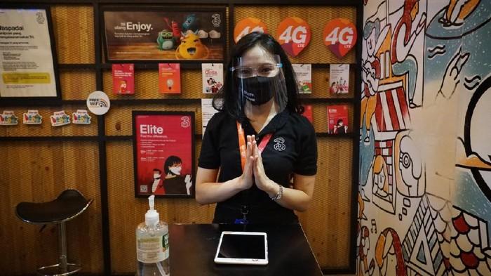 Dalam menghadapi new normal, operator seluler Hutchison 3 Indonesia (Tri Indonesia) mengoptimalkan protokol kesehatan saat tatap muka dengan pelanggan di seluruh gerai layanan 3Store di 44 kota Indonesia.