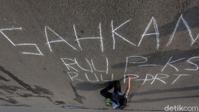 Sejumlah aktivis menggelar aksi di depan Gedung DPR, Jakarta, Selasa (14/7/2020), usai DPR menyingkirkan RUU PKS dari Prolegnas 2020.