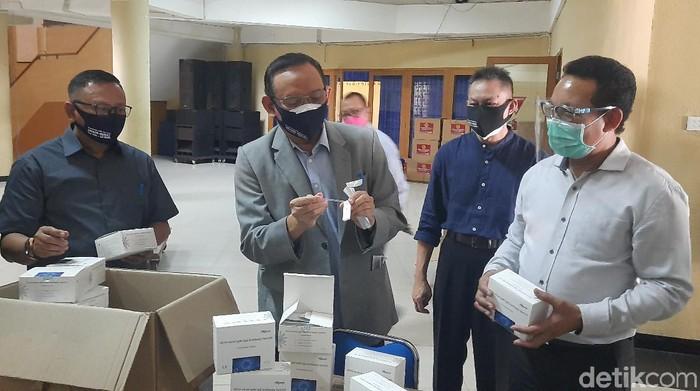 Universitas Airlangga (Unair) menyediakan ribuan rapid test untuk Ujian Tulis Berbasis Komputer (UTBK) tahap kedua pada 20-29 Juli mendatang. Itu untuk mengantisipasi adanya calon peserta UTBK yang belum rapid test.