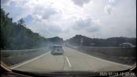 Ban Pecah Saat Ngebut, Ertiga Seruduk Wuling di Jalan Tol