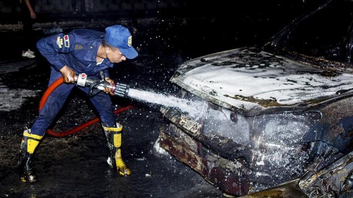 Kebocoran minyak dari pipa Shuqair-Mostorod yang berada di sepanjang jalan tol di pinggiran kota Kairo memicu kebakaran hebat. Belasan mobil pun hangus terbakar.