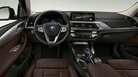 Sebagai brand mewah, BMW iX3 juga dilengkap panel instrumen digital 12,5 inci dan sistem infotainmen layar sentuh pusat 10,25 inci. Sistem ini mencakup asisten digital yang dikontrol lewat suara, bisa diaktifkan melalui perintah Hello BMW, terkoneksi Wi-Fi dan 4G untuk mendukung pembaruan perangkat. Foto: BMW
