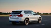 Meski belum ada pengumuman resmi soal harganya, menurut Electrek, BMW iX3 dibanderol sekitar 69.800 Euro sekitar Rp 1,1 miliaran. Foto: BMW iX3