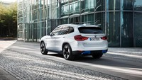 BMW iX3 dicangkok motor listrik tunggal yang menghasilkan tenaga 282 hp dan torsi 400 Nm mampu berakselerasi dari 0 hingga 100 km/jam hanya dalam 6,8 detik dan kecepatan tertinggi terkontrol 180 km/jam. Foto: BMW iX3