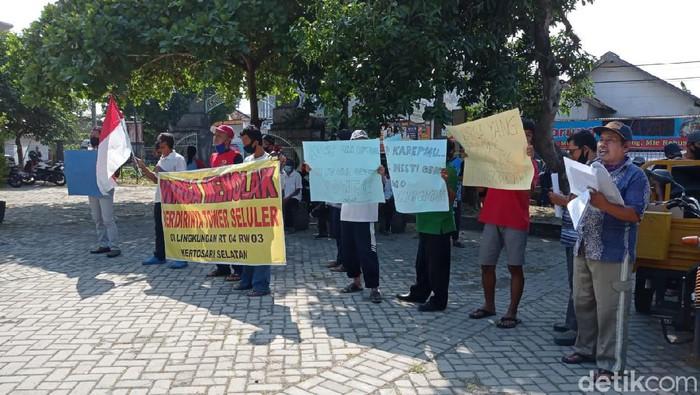 Warga Kelurahan Kertosari, Kecamatan Babadan demo menolak pembangunan tower seluler. Warga takut terkena radiasi dari tower tersebut.