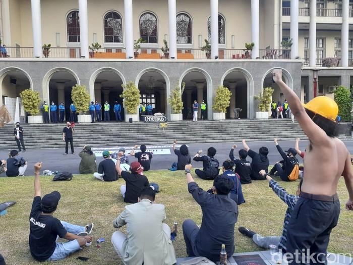 Demo Uang Kuliah Tunggal (UKT) mahasiswa UGM, Sleman, Rabu (15/7/2020). (Jauh Hari Wawan S/detikcom)