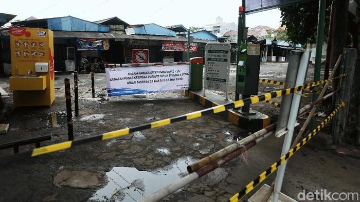Suasana di Pasar Cempaka Putih,Jakarta Pusat, tampak sunyi sepi. Pasar ini ditutup sementara setelah 41 pedagang di pasar tersebut positif Corona.