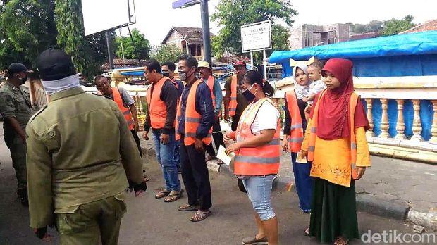 Emak-emak di Kendal terjaring razia masker dihukum nyapu Alun-alun