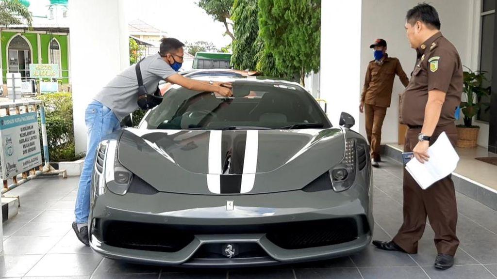 Ferrari Selundupan Rp 10 M Belum Laku Dilelang, Kejaksaan Turunkan Harga