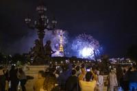 Orang-orang berkumpul untuk menikmati keindahan kembang api yang dinyalakan. AP/Rafael Yaghobzadeh