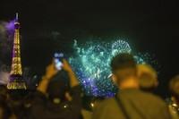 Malam harinya, Bastille Day dirayakan dengan pesta kembang api di menara Eiffel. AP/Rafael Yaghobzadeh