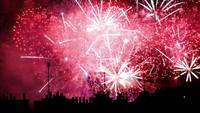 Pesta Kembang Api Hiasi Langit Paris, Ada Apa?
