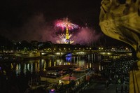 Warna-warni kembang api menghiasi langit Prancis pada malam Bastille Day. AP/Rafael Yaghobzadeh