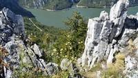 Djerdap UNESCO Global Geopark (Serbia) mencakup batuan Proterozoikum tertua hingga sedimen Kuarter termuda. Fenomena alam yang paling mencolok di Geopark ini adalah lembah Djerdap, lembah terpanjang di Eropa. (UNESCO)
