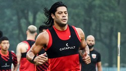 Mau Rebut Bola dari Hulk, Pemain Ini Dibikin Mental 2 Meter