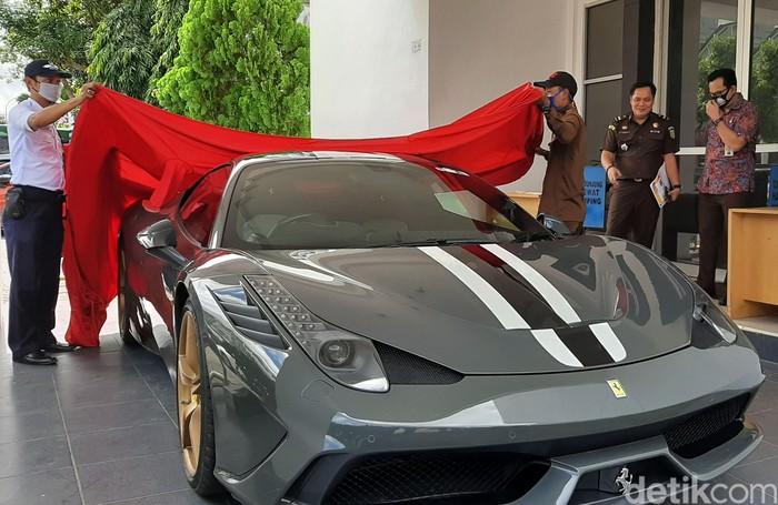Kantor Pelayanan Kekayaan Negara dan Lelang (KPKNL) Palembang, Sumatera Selatan, melelang mobil mewah hasil penyelundupan jenis Ferrari 458 Speciale produksi Italia dengan nilai lelang Rp 10 miliar.
