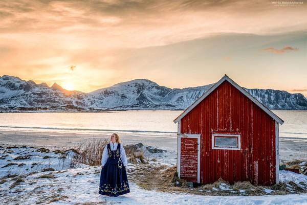 Foto Anita mengenakan pakaian tradisional Norwegia di Lafoten.