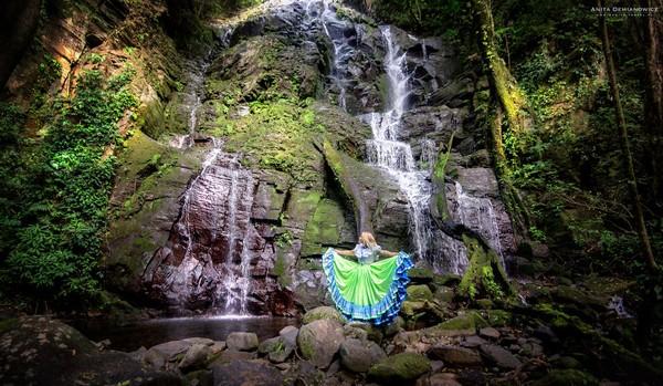 Foto Anita mengenakan pakaian tradisional Costa Rica di Rincon de Vieja.