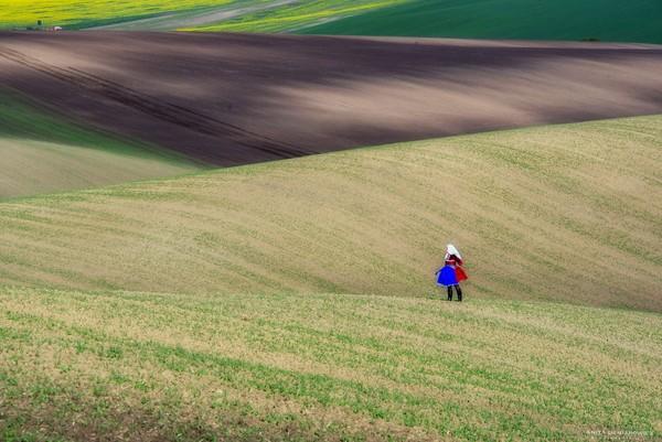 Suatu ketika ia merasa kurang dengan foto lanskap yang sering ia ambil. Ia merasa membutuhkan manusia di foto-foto alamnya.