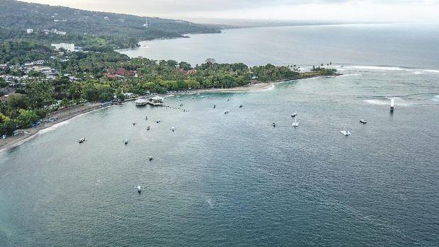 Sejumlah pengunjung menikmati suasana pantai Batu Bolong di Senggigi, Kecamatan Batulayar, Lombok Barat, NTB, Rabu (15/7/2020). Pulau Lombok dan Bali masuk sepuluh pulau terbaik Asia dalam ajang ''World's Best Awards'' yang dilakukan oleh media global Travel + Leisure berdasarkan hasil survei pembaca terkait aktivitas, pemandangan, atraksi alam, pantai, makanan, keramahtamahan serta evaluasi keseluruhan saat berlibur ke pulau di Asia. ANTARA FOTO/Ahmad Subaidi/aww.