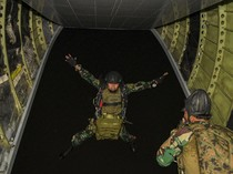 Melihat Aksi Prajurit Marinir Melakukan Terjun Tempur Malam Hari