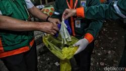 Pengelolaan limbah medis jadi hal penting guna cegah pencemaran. Limbah medis tersebut dikumpulkan petugas untuk kemudian dimusnahkan.
