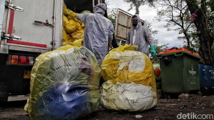 Pengelolaan limbah medis COVID-19 jadi hal penting guna cegah pencemaran. Limbah medis tersebut dikumpulkan petugas untuk kemudian dimusnahkan.