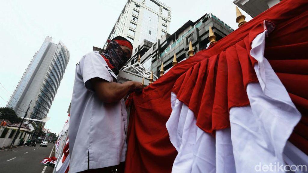 Ornamen Merah Putih Mulai Hiasi Perkantoran di Jakarta