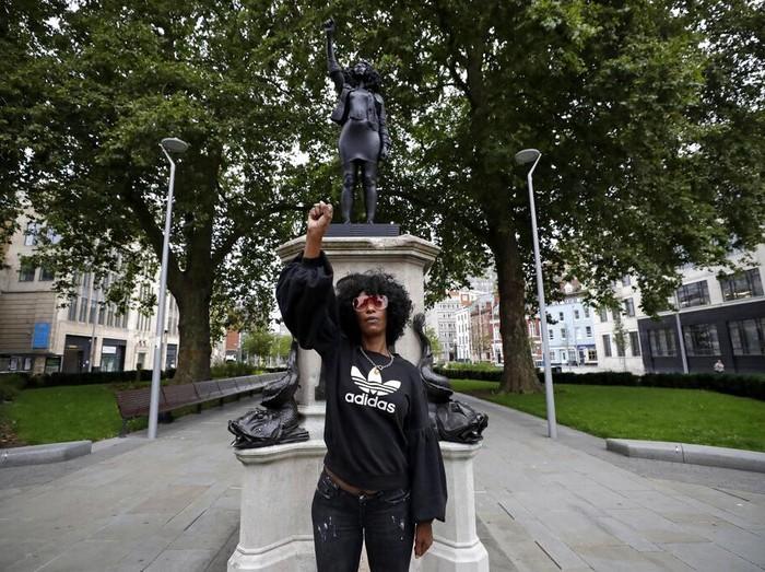 Patung Edward Colston, seorang pedagang budak, diganti dengan patung demonstran Black Lives Matter. Patung demonstran itu jadi simbol antirasisme dan perbudakan