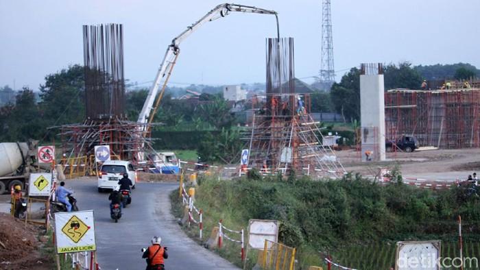 Pembangunan Stasiun Kereta Cepat Jakarta Bandung (KCJB) di kawasan Tegalluar, Kecamatan Bojongsoang, Kabupaten Bandung, Jawa Barat, terus dikebut.