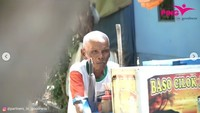 Cerita Kakek Sanim yang Masih Jualan Cilok Keliling di Usia 84 Tahun!