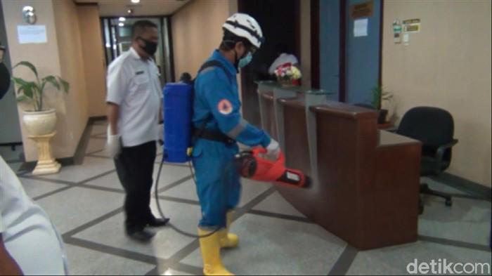 Penyemprotan disinfektan dilakukan di kantor gubernur Kaltim setelah Wagub Kaltim dinyatakan positif Corona (Suriyatman/detikcom)