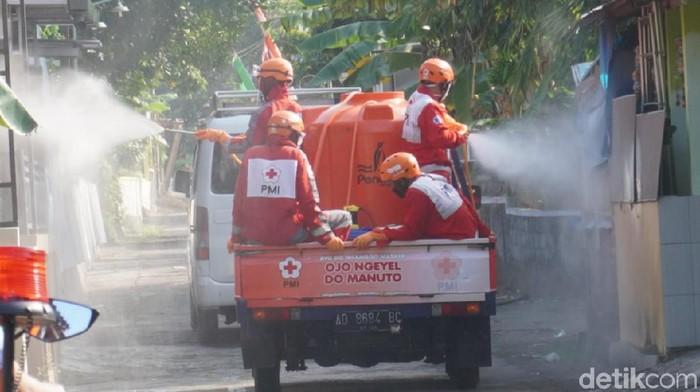 Penyemprotan disinfektan dilakukan tim gabungan PMI, gugus tugas, TNI, Polri dan relawan di Prambanan, Klaten, Rabu (15/7/2020).