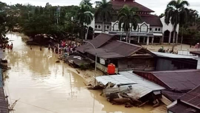 Kondisi bantaran sungai Masamba akibat banjir bandang di Masamba, Kabupaten Luwu Utara, Sulawesi Selatan, Selasa (14/7/2020). Akibat banjir bandang tersebut mengakibatkan 10 orang meninggal dunia dan ratusan rumah tertimbun lumpur. ANTARA FOTO/Muktar/yu/hp.